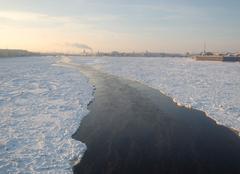 Froid Saint-Pétersbourg Passage dans la glace en Russie