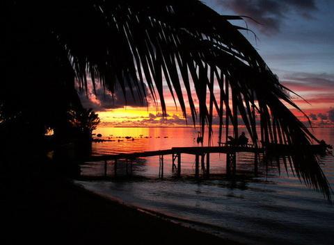 COUCHER DE SOLEIL SUR MANIHI (Tuamotu)