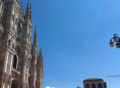 Ciel bleu à Milano piazza del Duomo