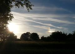 Soleil couchant et spectre de lumière dans un nuage