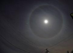 Un cercle autour de la pleine lune