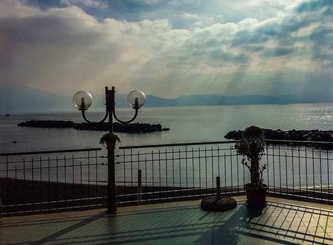 Rayons de soleil sur la baie de Naples