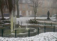 Fontaine de la Place Jeanne Mance gelée.