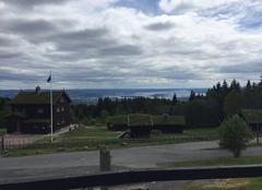 Toits herbeux et une belle vue sur le fjord