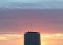 La tour côtoie le ciel dégradé