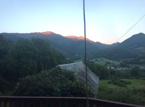 Lever de soleil sur le sommet de la montagne