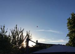 Beau ciel bleu montgolfière