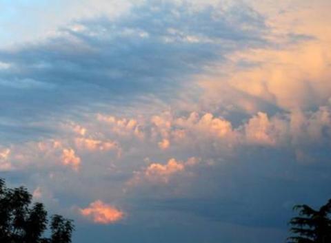 Le ciel de St L�zer  se couvre enfin, il est 20 heures 05.
