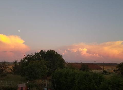 La lune les nuages et le coucher de soleil