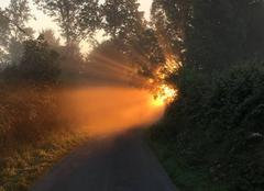 Lever soleil sur une route de Cametours