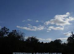 Quelques nuages dans un ciel tout bleu