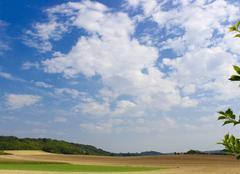 Ciel ensoleill� avec de beaux nuages au-dessus de la For�t d'Olhain dans le Pas-de-Calais