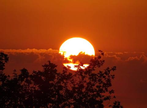 Hier soir le soleil flotte entre les nuages