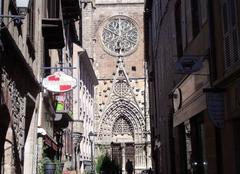 Cathédrale de Rodez vu de la rue Peynavère.