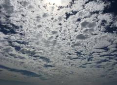 Ciel bleu avec nuage au dessus de la mer