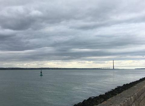 Ciel nuageux sur le pont de Normandie