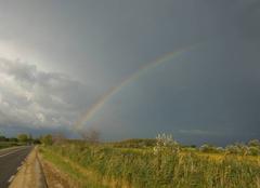 Nuages d orages avec arc en ciel