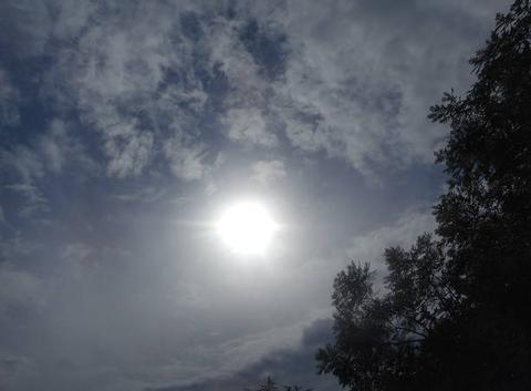 Le   soleil   a   de   la    peine.....pour    s' imposer...
