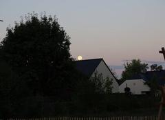 Dame la lune posée sur un toit à 07h46