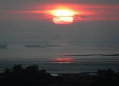 Soleil se levant au dessus du Mt St Michel