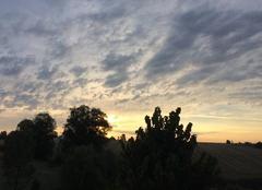 Le soleil se l�ve - ciel nuageux