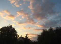 Le soleil se couche, les nuages se teintent
