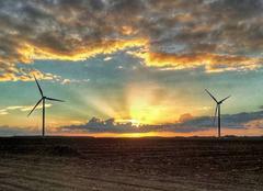 Couché de soleil entre deux éoliennes