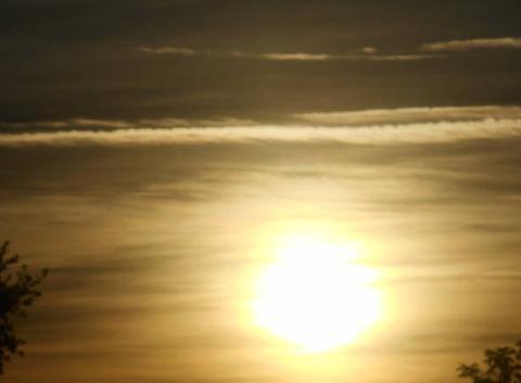Soleil   levant......voil�   avec    nuages....