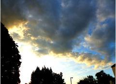 Le soleil couchant �clairant les nuages