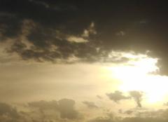 Le  ciel   en   deux   couleurs..soleil   voilé....