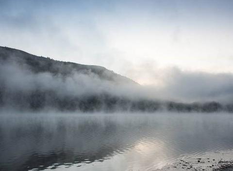 Le lac au lever du jour