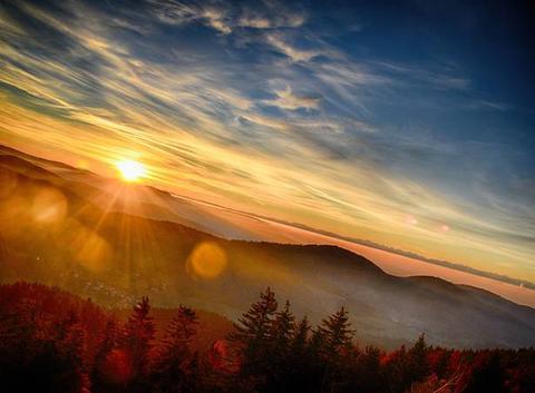 Lever du soleil et vue sur les alpes