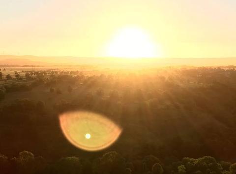 Lever de soleil plateau de Coltines Cantal Montgolfiere