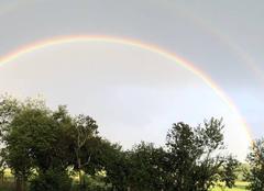 Double arc-en-ciel un jour d'été