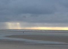 Soleil couchant sur la mer à marée basse