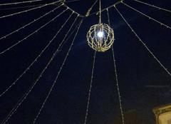 La SUPER Lune en ampoule pour les décorations de Noël place de la mairie à Arudy.