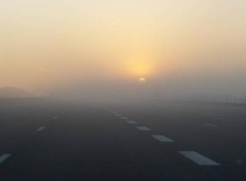 Lever de soleil dans le brouillard givrant.