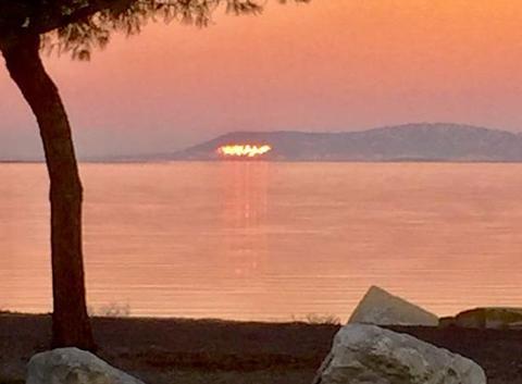 Le soleil du soir se reflet dans les fenêtres