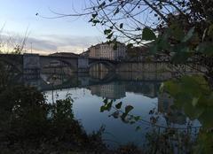 Coucher de soleil sur le Pont Vieux depuis les berges de l'Isère