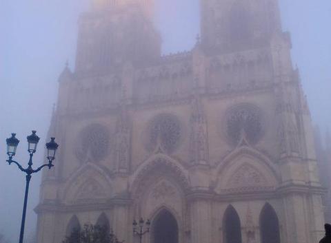Cathédrale d'Orléans dans le brouillard