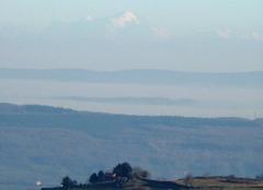 Colline à l'est du Mt St Vincent dominée par le Mont-Blanc à 250 kms de là