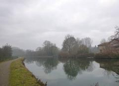 Gris et froid sur le canal