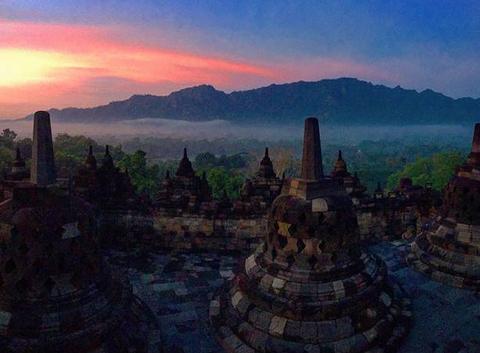 Levé du soleil temple de borobudur - île de Java