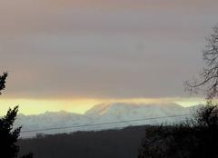 Couverture nuageuse sur les montagnes.