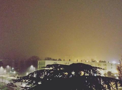 Brouillard de nuit sur la ville