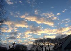 Nuages colorés au soleil couchant