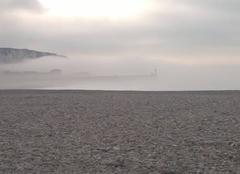 Le phare des villes soeurs sous le brouillard