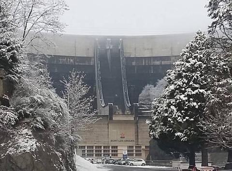 Barrage de bort sous la neige