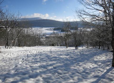 Port-Lesney 39600 vue sur le Mont Poupet au fond et Vaugrenant