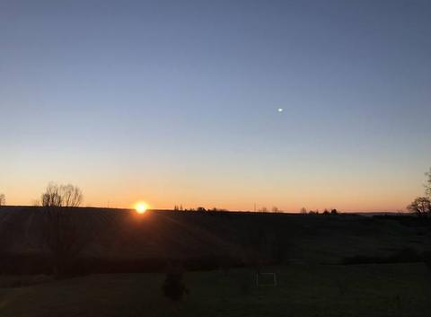 8h35 le soleil se lève ciel bleu sans nuage -2 degrés